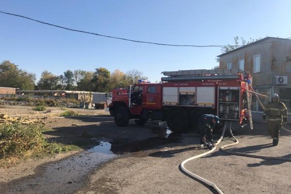 Пожар тушат 36 человек и 10 машин