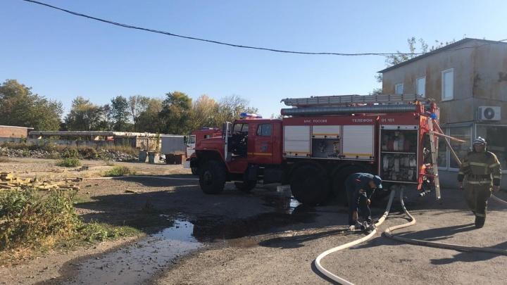 Под Ростовом загорелись склады с пиротехникой. Слышны взрывы фейерверков