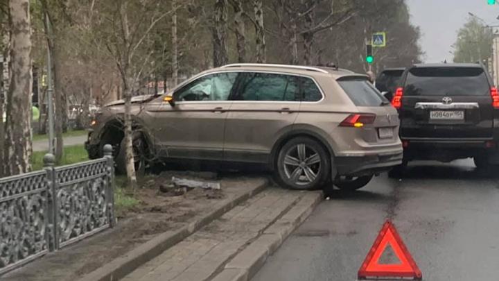 Водителю стало плохо: «Фольксваген» снёс забор на Красном проспекте