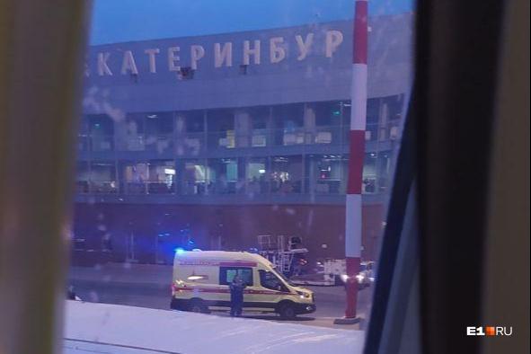 К самолету вызвали медиков, но они не успели спасти пассажира