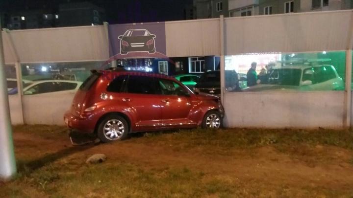 Подрезанная на дороге автомобилистка влетела в забор и повредила две припаркованные машины. Ни у кого нет ОСАГО
