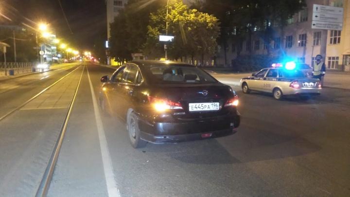 В центре Екатеринбурга иномарка сбила велосипедиста, который вылетел на дорогу