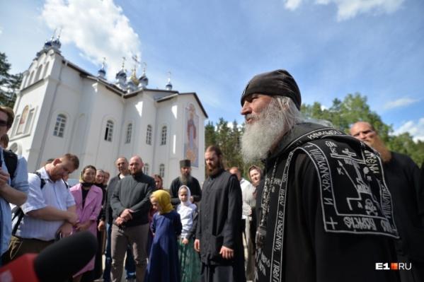 Схимонаха Сергия, захватившего Среднеуральский женский монастырь, поддержали старцы горы Афон