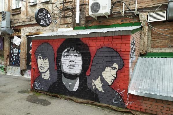 Одна из достопримечательностей бара — стена Виктора Цоя