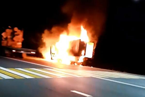Пламя сильно повредило автомобиль по всей площади