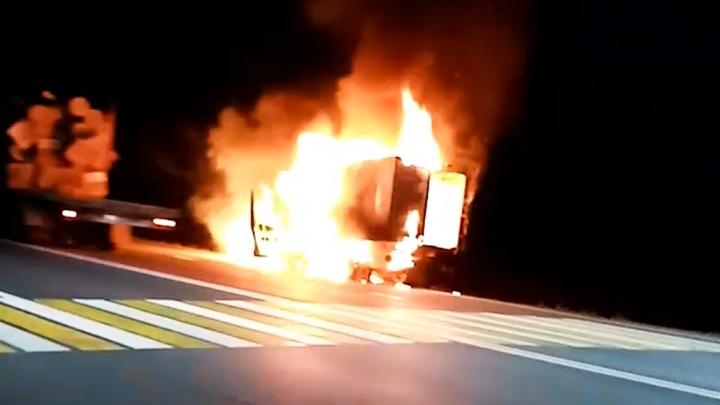 Объятая огнем: на трассе Тюмень — Ханты-Мансийск дотла сгорела «Газель»