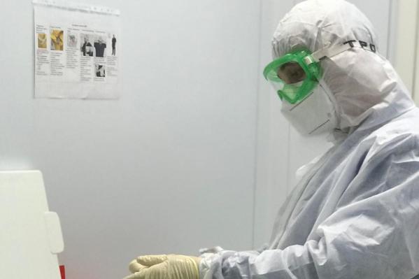 Медик работает в госпитале с начала пандемии