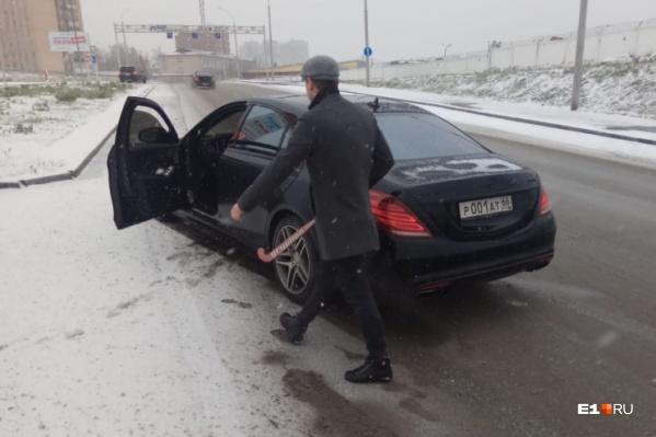 Водитель Mercedes с клюшкой набросился на чужой автомобиль и сломал зеркало
