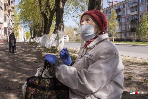 В областном правительстве сказали, что волонтеры будут выдавать маски наиболее уязвимым слоям населения— гражданам старше 65 лет и детям