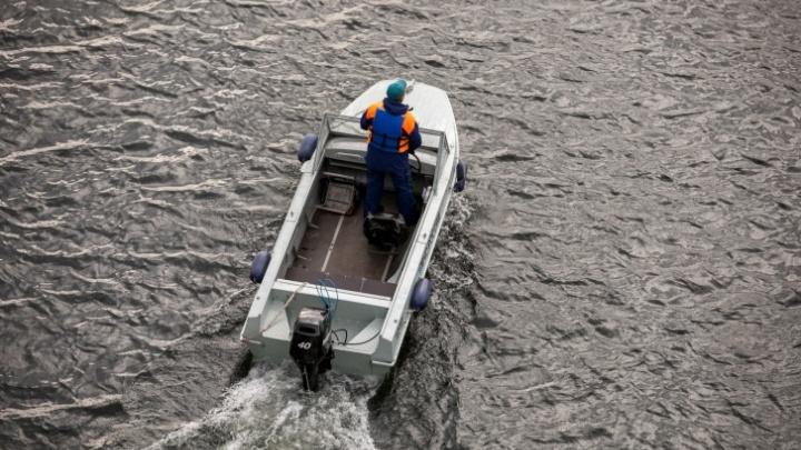 Одинокую девочку в резиновой лодке посреди реки унесло течением