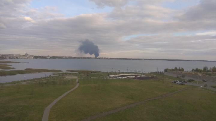 Жителей Челябинска и Копейска перепугал огромный столб чёрного дыма. Мы выяснили, что горит