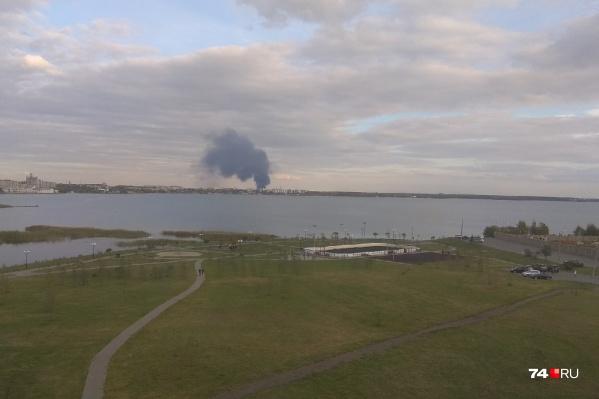 Столб дыма виден с любого берега Смолино...