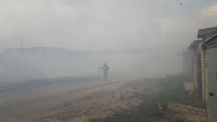 «Угрозы домам нет»: в Волгограде тушат крупный пожар в районе улицы Хорошева