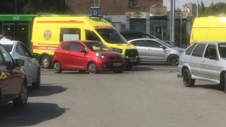 В Тюмени из-за автохамки врачам пришлось везти пациента в больницу на носилках
