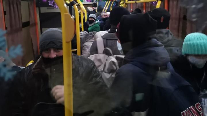 «Социальная дистанция? Звучит как насмешка»: волгоградцы пожаловались на жуткую давку в автобусах