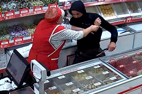 Женщина попыталась защитить выручку при помощи банки консервов