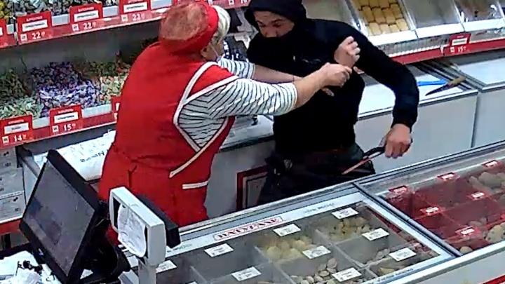 В Волгоградской области продавец магазина отбилась консервами от разбойника с ножовкой