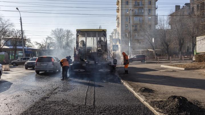 В Волгограде в 15-градусный мороз закатывают в асфальт дороги