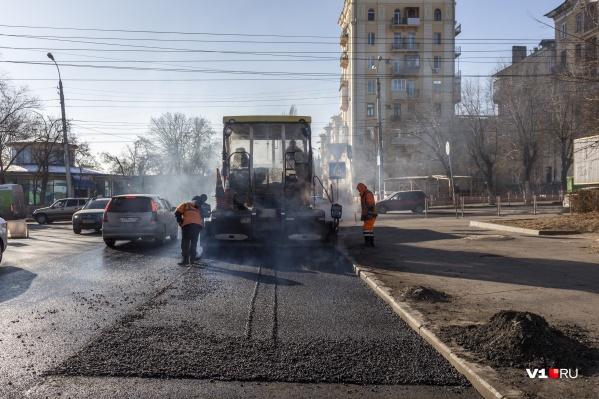 """Рабочие в Волгограде вышли на ремонт дорог при <nobr class=""""_"""">—15 градусах</nobr>"""
