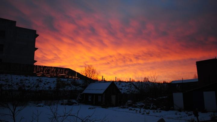 Екатеринбуржцы сняли яркий закат над городом: лучшие кадры читателей Е1.RU