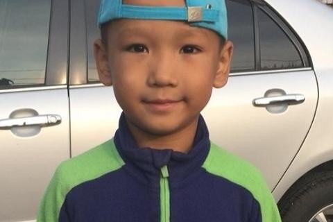 Мальчик ушёл всиней с зелеными вставками спортивной кофте (как на фото)