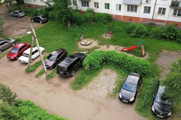 Во дворах дети давно гуляют среди машин