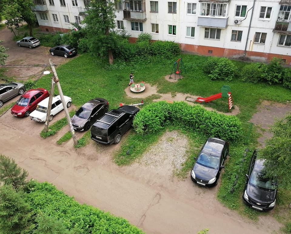 Почти все машины на этой фотографии припарковались с нарушением