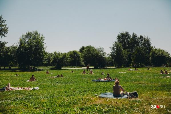 Можно ли загорать под открытым солнцем, как это делают сотни тюменцев?