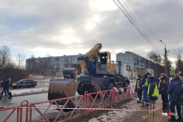 Специалисты«Ярославльводоканала» работают над устранением коммунальной аварии