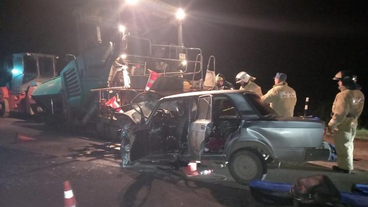 В Башкирии женщина за рулем ВАЗ-2107 влетела в асфальтоукладчик, погибли три человека