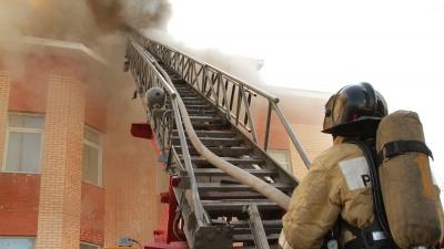 Здание серьезно повреждено: самое главное о пожаре в центре Архангельска за одну минуту на видео