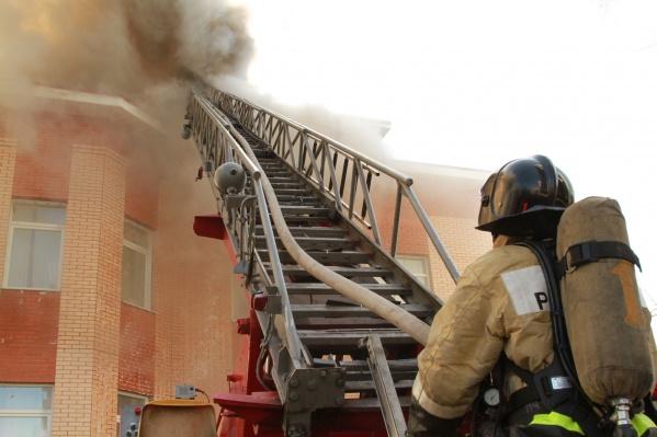 В момент пожара на крыше были рабочие, которые плавили горелкой кровельный материал. Это могло стать причиной возгорания
