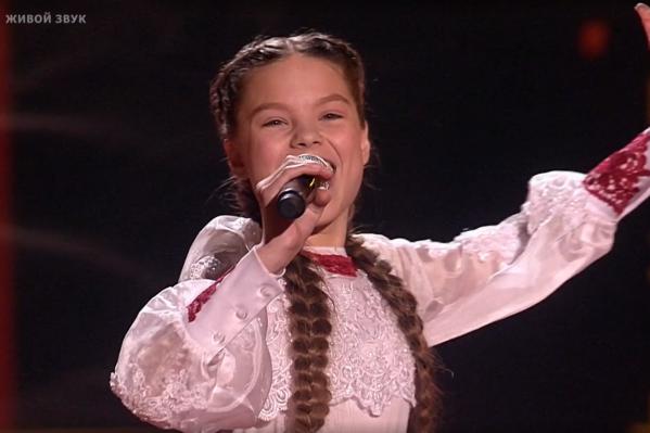 Девочка исполниланародную песню «Я на горку шла»