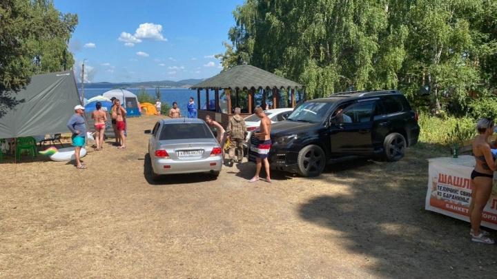 От берега озера Тургояк эвакуировали более сотни машин туристов