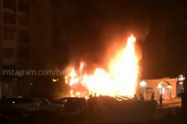 Павильон охватило огнем около 11 вечера
