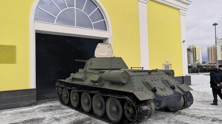 В Верхней Пышме Т-34 выехал из сервиса и первым эффектно припарковался в новом здании музея: видео