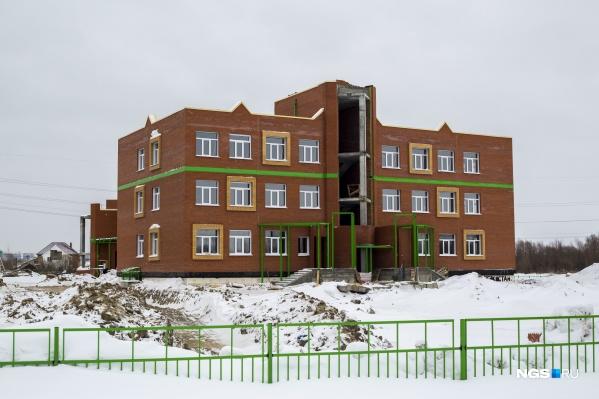 Строительство возобновили после того, как теплоснабжающая организация смогла доставить к зданию необходимые мощности