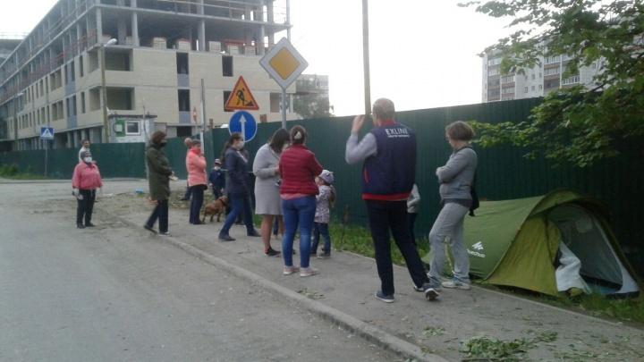 Тюменцы разбили палатки на месте стройки, где вырубают деревья. И собираются там ночевать