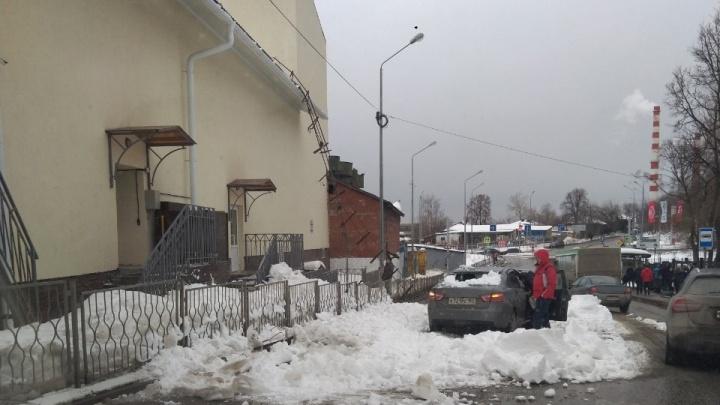 С детского центра «Мотовилиха» снег рухнул на машину. О проблемах здания ранее сообщал Чистомен
