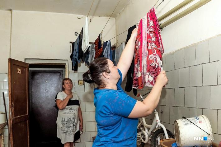Жители в одном месте стирают, моют посуду и обувь