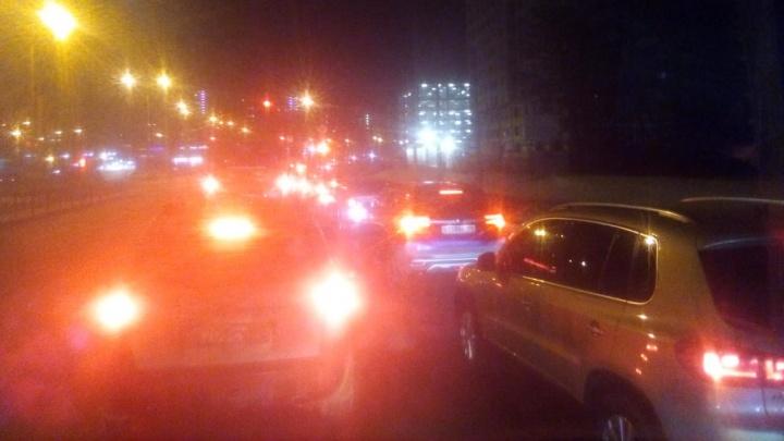 «Люди из автобусов выходят и идут пешком»: из-за массового ДТП улица 8 Марта встала в глухую пробку