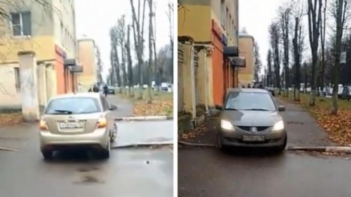 «Сути проблемы не видят!»: ярославцы разругались из-за ездящих по тротуарам машин