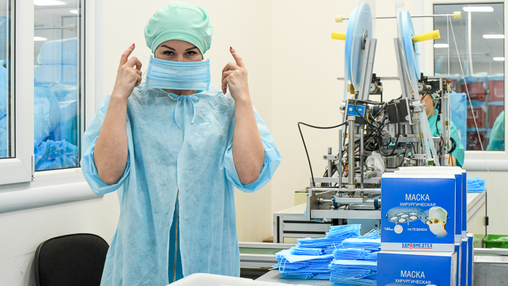 Стали работать круглосуточно: репортаж с завода, где делают миллион медицинских масок для Екатеринбурга