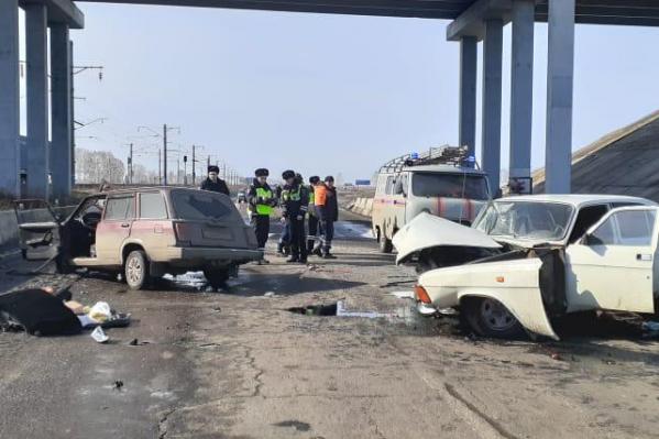 В аварии сильно пострадали обе отечественные машины