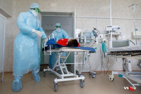 Сначала рабочие находились на самоизоляции, но после того как тесты подтвердили коронавирус, их перевели в стационар