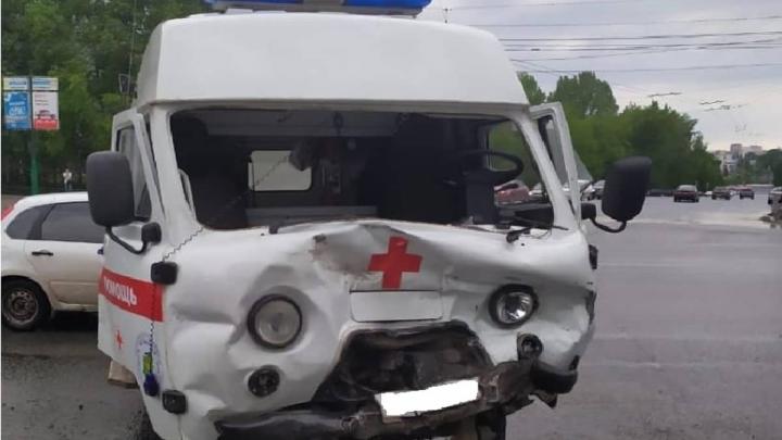 В Уфе Mitsubishi протаранил автомобиль скорой помощи с больным ребенком