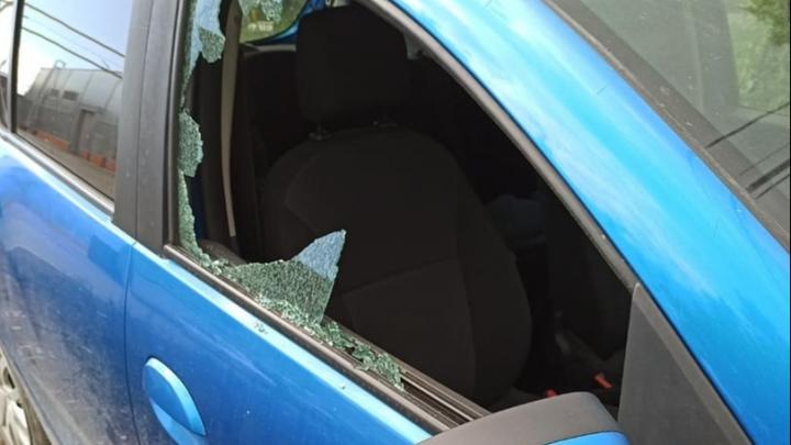 Охотники за регистраторами: в Березовском хулиганы разбили стекла у дюжины машин