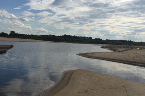 Четверо школьников гуляли по затону реки Евда. Один из них решил искупаться