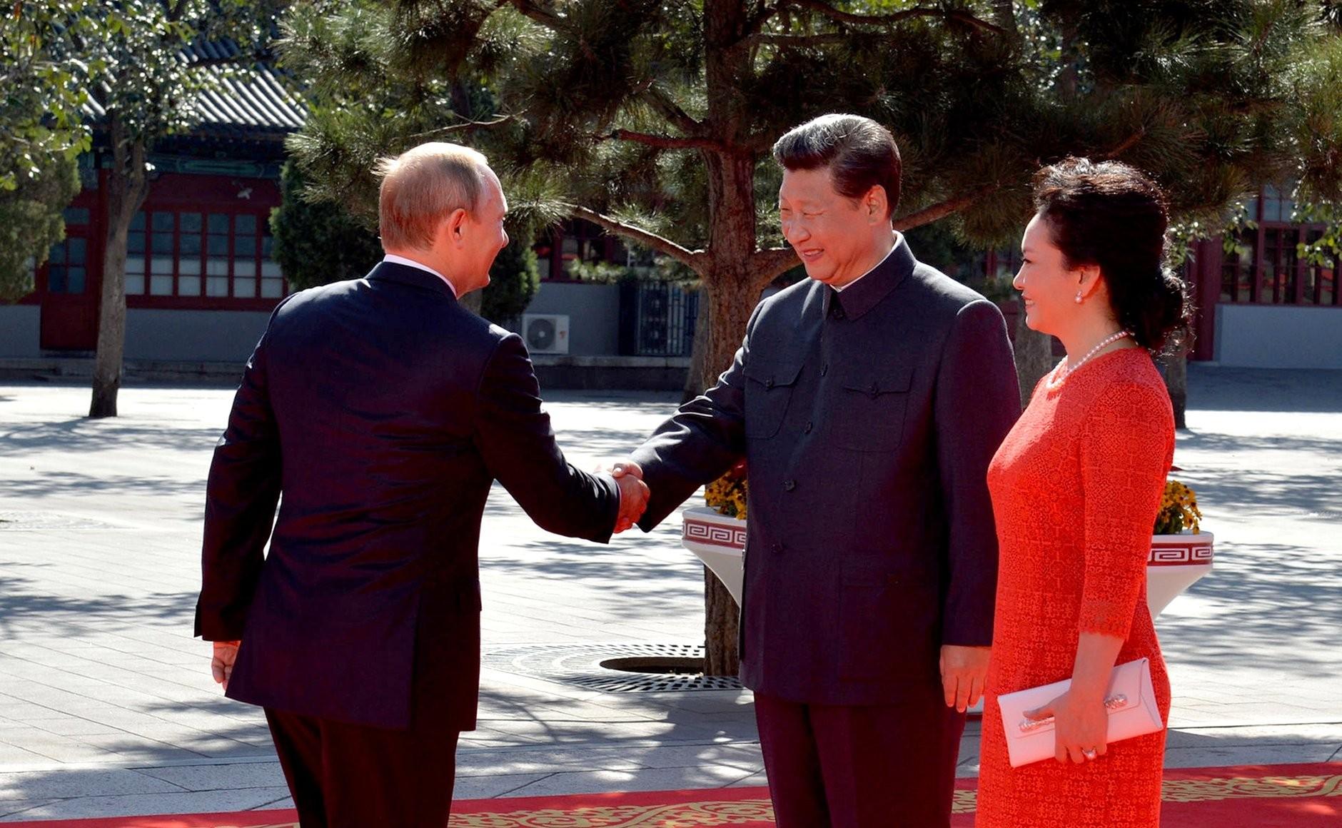 Владимир Путин с председателем КНР Си Цзиньпином и его супругой Пэн Лиюань перед началом военного парада 3 сентября 2015 года в честь 70-й годовщины Победы китайского народа в войне сопротивления Японии и окончания Второй мировой войны