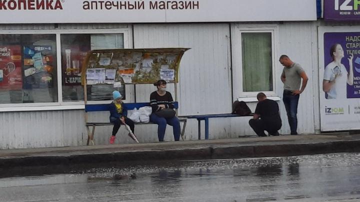 Лучшая защита от дождя: на остановке в Чкаловске стоят скамейки с очень маленькими навесами